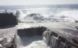 Fue arrastrada por una ola y se fracturó el tobillo [VIDEO]