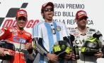 Valentino Rossi y la camiseta de Maradona al ganar en Argentina
