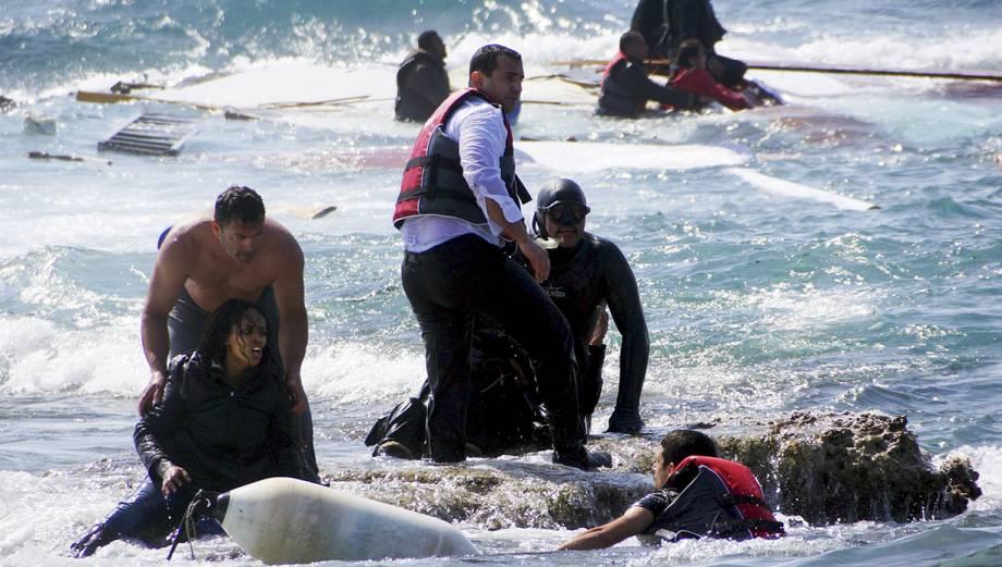 Dramático: barco encalló con decenas de inmigrantes en Grecia