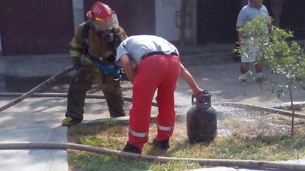 El incendio se produjo a la altura de la cuadra 13 del Jr. Los Palmitos en SJL. (Twitter: @Elba_BZ)