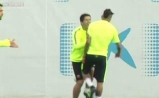 Neymar dio 'golpe bajo' a Luis Suárez en entrenamientos (VIDEO)