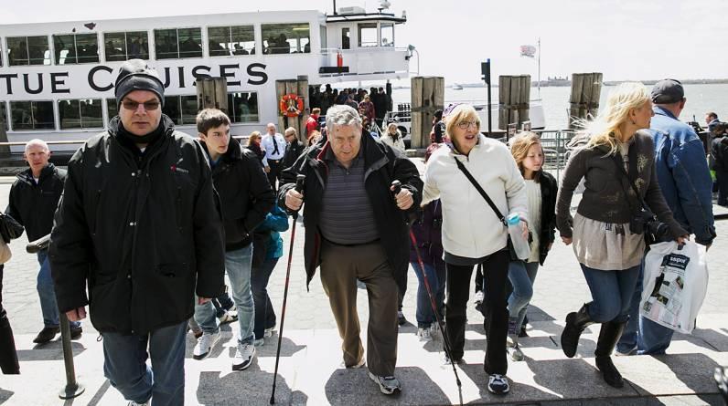 La Estatua de la Libertad fue evacuada como precaución el viernes luego de una amenaza de bomba, lo que obligó a centenares de turistas a salir de la isla. (Reuters)