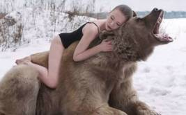 YouTube: modelos rusas posaron con oso pardo salvaje [VIDEO]