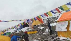 Un video muestra el momento de una avalancha en el Everest