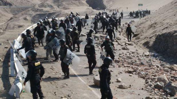 Policías retiran piedras de la vía Mollendo - Matarani con sus propias manos, pues al momento no cuentan con maquinaria. (Foto: Lino Chipana / El Comercio)
