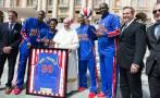 El Papa exhibió su gusto por el básquet con los Globetrotters