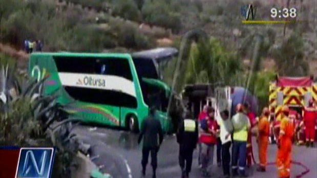 Choque entre bus y cisterna: dos muertos y fuga de gas