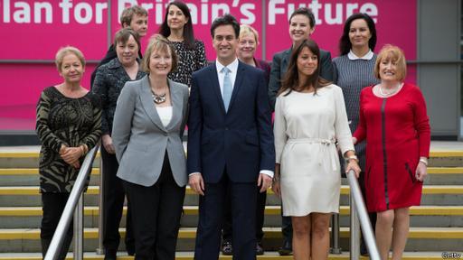 El ahora ex líder de los laboristas, Ed Miliband, con las mujeres de su gabinete en la sombra el año pasado. Miliband era el líder de la actual Leal Oposición de su Majestad, pero al no lograr convertirse en gobierno, dimitió.