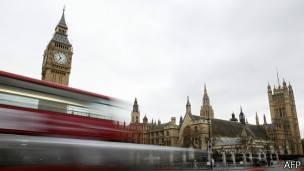 El gabinete en la sombra tiene la obligación de ser oposición en el parlamento británico.