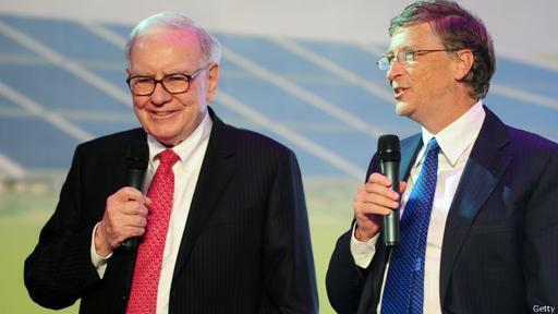 Warren Buffet (izq.) y Bill Gates, dos de los hombres más ricos del mundo, se han comprometido a donar gran parte de su riqueza a obras de beneficencia.