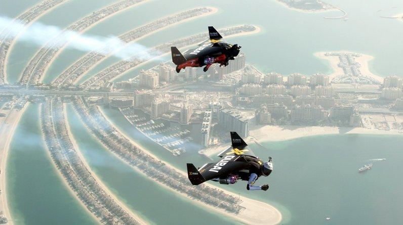 Esta toma hecha desde un avión muestra a Yves Rossy, Jetman (más adelante), y a Vince Reffett volando sobre Palm Island en Dubai , Emiratos Árabes Unidos. (Foto: Reuters)