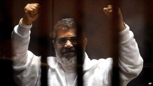Morsi rechaza la autoridad del tribunal que lo condenó a muerte. El expresidente es obligado a sentarse durante los procesos judiciales en una cábina de vidrio a prueba de sonidos.