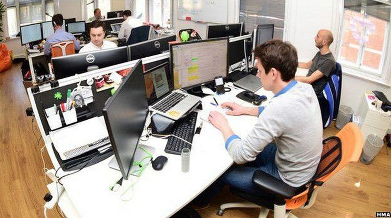 Outsourcing. El problema surge cuando el cliente de una empresa percibe que la persona que lo atiende no cumple con las características de lo que la empresa representa para él. (Foto: BBC Mundo)