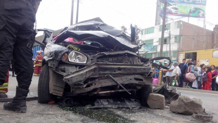 Carretera Central: así terminó el auto que chocó con un tráiler