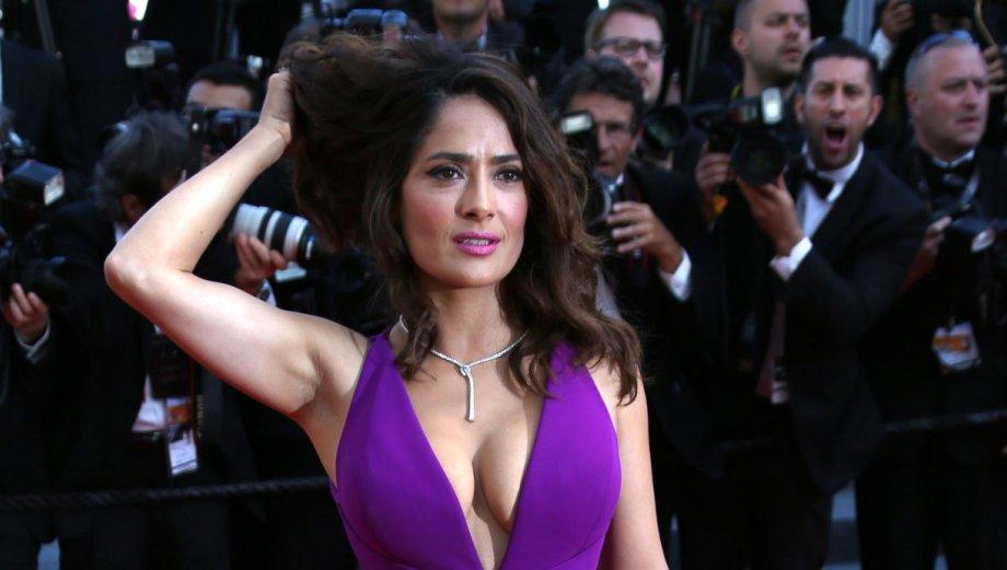 Salma Hayek remece Cannes con sugerente escote