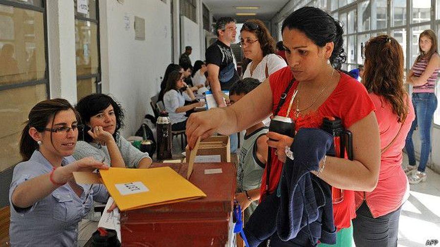 Los uruguayos son los principales bebedores de mate del mundo: consumen 15 kilos de yerba per cápita por año y los argentinos 7, según el INYM. (BBC Mundo)