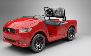 Un carro de golf con diseño del Ford Mustang