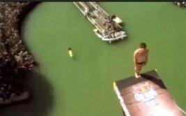 Se lanza en clavado de 27 metros y sufre terrible golpe [VIDEO]