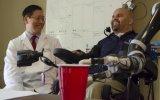 Tetrapléjico acciona un brazo artificial con el pensamiento