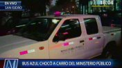 Bus azul choca tres veces con camioneta del Ministerio Público