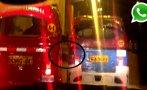 WhatsApp: mototaxista remolcó otra moto empujándola con el pie