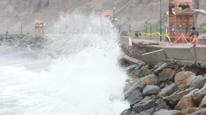 La Costa Verde registró desde este lunes 25 oleajes de moderada intensidad.(Lino Chipana/El Comercio)