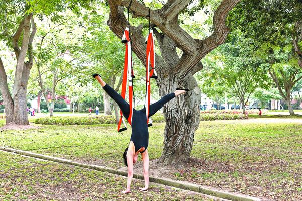 Ejercítate y tonifica tus músculos con el yoga aéreo