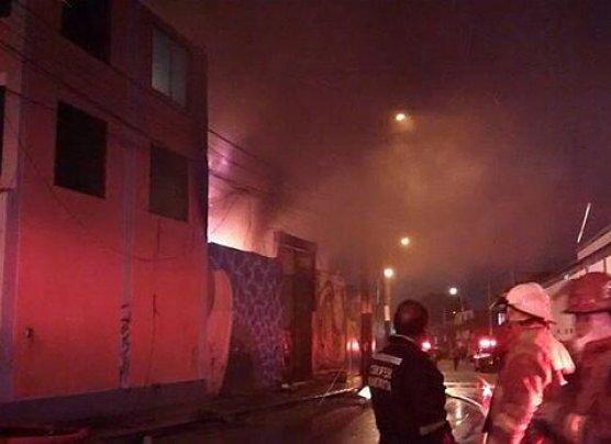 Incendio destruyó almacén de colchones en Chorrillos