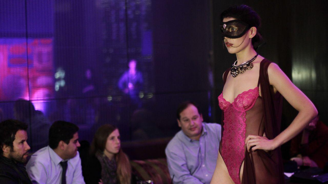 Desfile de moda sexual en grupo