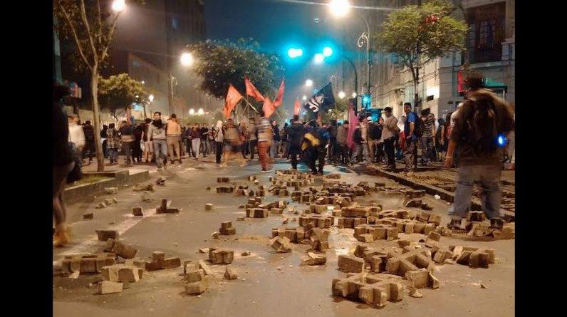 La que debía ser una manifestación pacífica en contra del proyecto minero Tía María, se convirtió en una batalla campal luego que encapuchados protagonizaran actos violentos en el Cercado de Lima. (Gustavo Kanashiro)