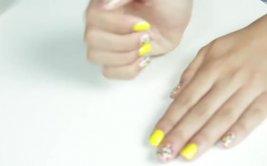 DIY: paso a paso para añadirle confeti a tus uñas