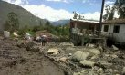 Churín: rescatan a dos personas de minivan sepultada
