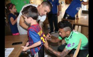 Neymar autografió camiseta del Barcelona a hijo de D'Alessandro