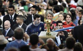 Leo Messi habló sobre la foto en la que mira la Copa del Mundo