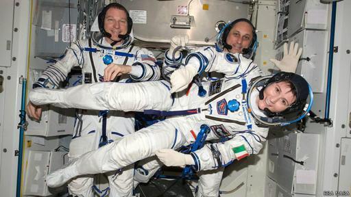 Este jueves regresaron a la Tierra Cristoforetti (delante), Anton Chkaplerov (derecha) y Terry Virts (izquierda).