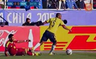 Colombia vs. Venezuela: jugada violenta que no acabó en roja