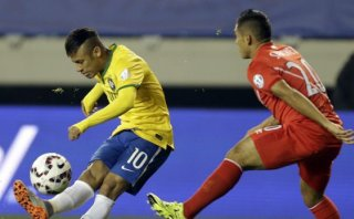 Neymar y el remate al travesaño que asustó a Perú (VIDEO)