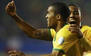 Brasil: Douglas marcó gol del triunfo agónico ante Perú (VIDEO)