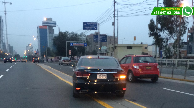 El auto de placa EGS-075 no llevaba escolta, según aseguró el usuario, por ello es posible de ser sancionado. (Foto: WhatsApp/El Comercio)