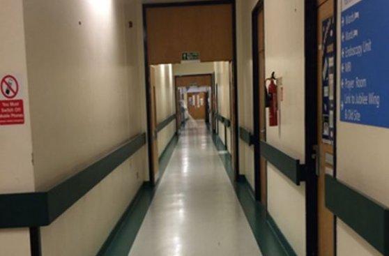 Joven capta escalofriante foto en corredor de hospital ingles