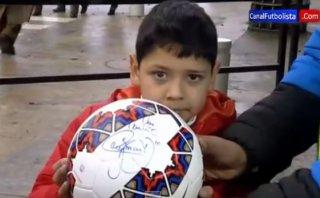 Neymar golpeó a un niño por accidente y le regaló balón firmado