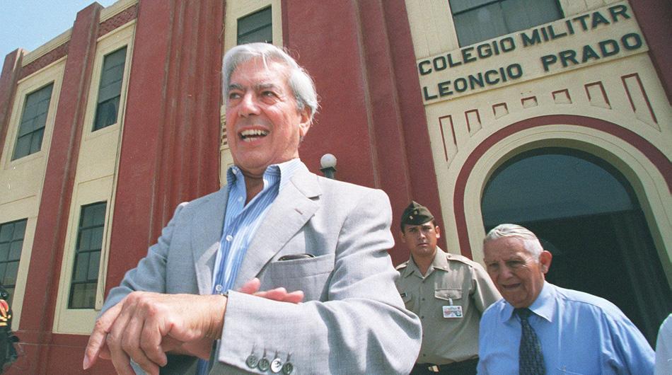 CALLAO, 14 DE FEBRERO DEL 2002EL ESCRITOR PERUANO MARIO VARGAS LLOSA VISITA EL COLEGIO MILITAR LEONCIO PRADO.FOTO: DANIEL SILVA / EL COMERCIO
