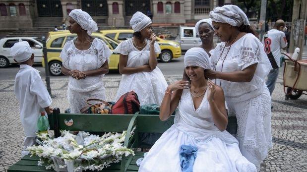 Brasil: Apedrean a niña que salió de una fiesta vestida así