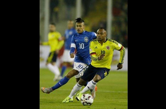 Neymar ante Camilo Zúñiga, el duelo de la noche (FOTOS)