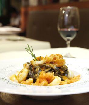 Pasta negra con langostinos y calamar.