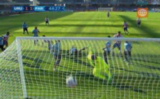 Uruguay vs. Paraguay: Lucas Barrios marcó el 1-1 de cabeza