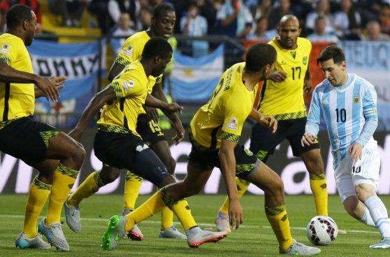 Lionel Messi: selfie y asedio de jugadores de Jamaica (FOTOS)