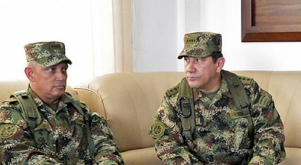 A la izquierda, el comandante del ejército, el general Jaime Lasprilla y a la derecha el actual comandante de las Fuerzas Militares, Juan Pablo Rodríguez. (Foto: AFP)