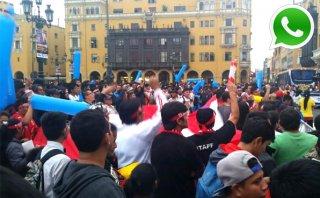WhatsApp: hinchas calientan en Plaza Mayor para el Perú-Bolivia