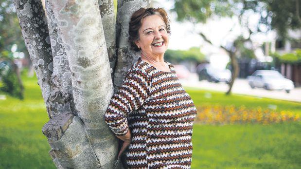 """Violeta Ferreyros junto al árbol que plantó hace 20 años frente a su casa, en Surco. La ex figura de """"Trampolín a la fama"""" desea volver a los sets, pero pisa tierra: """"Necesito un auto. Esa es mi meta inmediata"""". (Foto: Hugo Pérez / El Comercio)"""